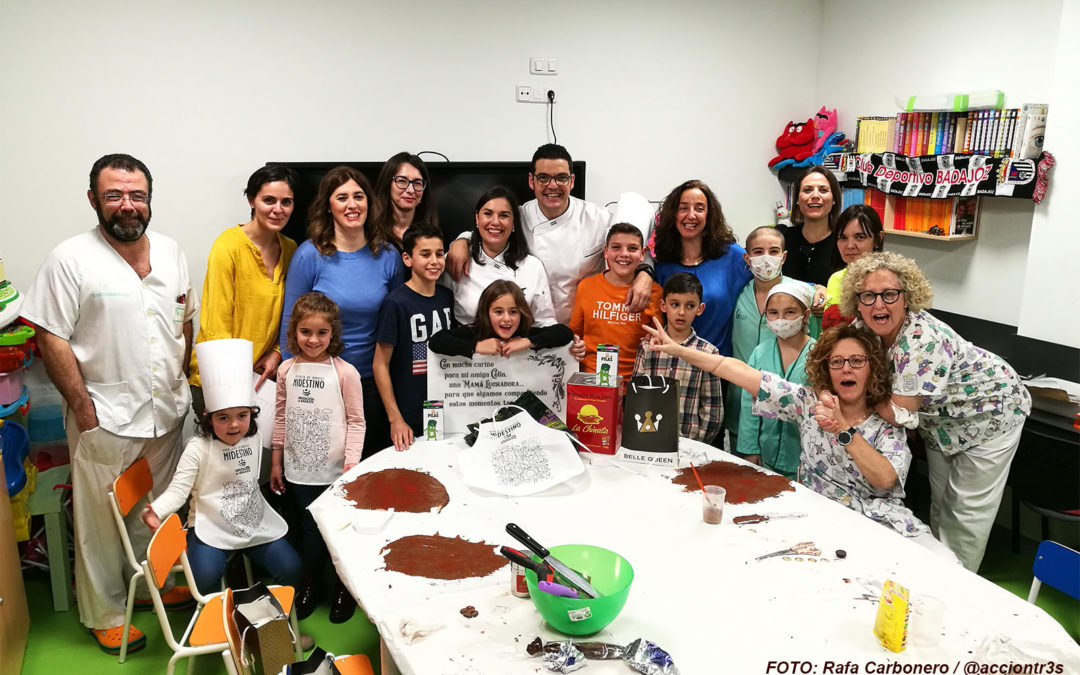 Tarde de chocolates en la planta oncológica del Materno Infantil pacense