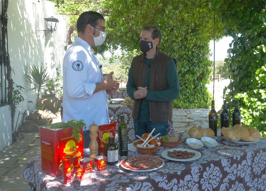 Pérez Luengo junto a Carbonero describiendo los ingredientes de los platos preparados